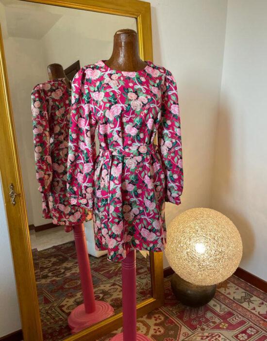 abito a fiori fucsia corto con cintura